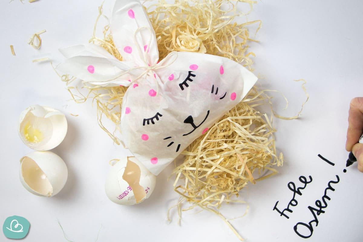 Osterhase aus Papiertüte mit Deko
