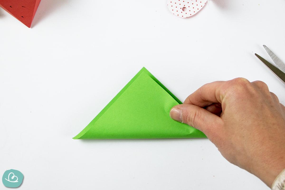 Mittelfaltung an grünen Origamipapier