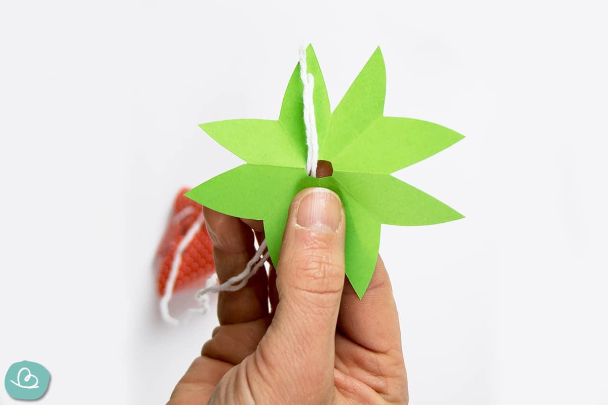 Erdbeerstrunk aud grünen Papier