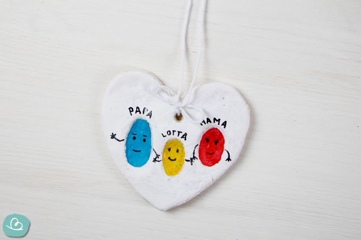 Herz aus Salzteig mit Fingerabdrücken