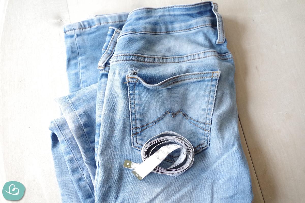 Maßband und Jeanshose