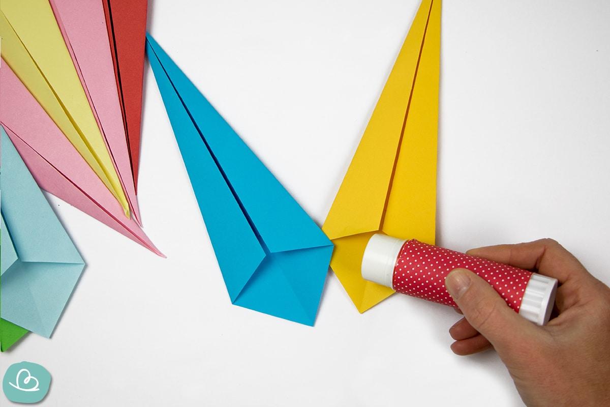 Papierspitzen aneinander kleben
