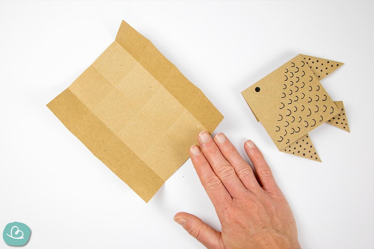 Papier drehen mit der Hand