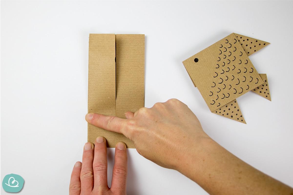 Kanten auf Papier glatt ziehen und falten