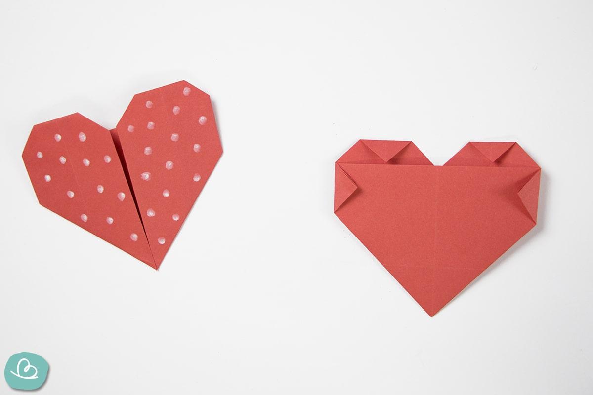 gefaltete kleine Ecken aus roten Tonpapier