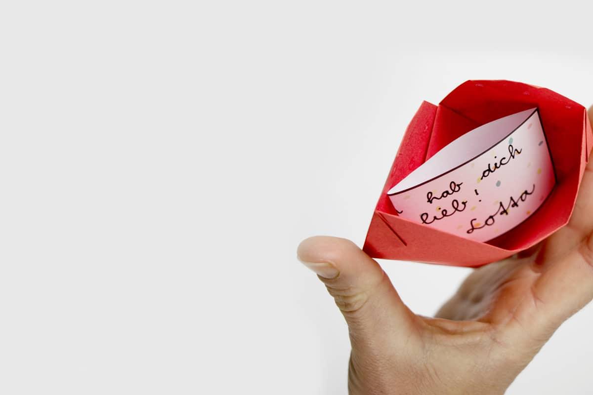 Aufgeklapptes Herz mit Botschaft hab dich lieb!