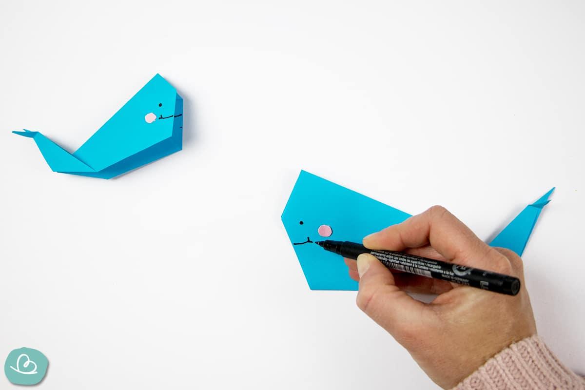 Origami Wal mit Edding bemalen