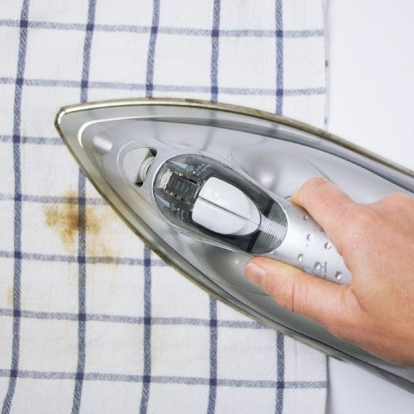 Bügeleisen macht braune Flecken: was tun?