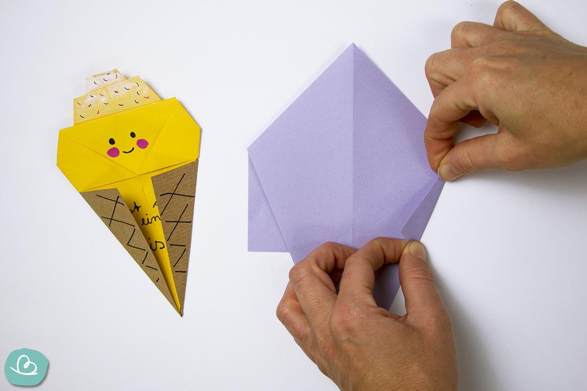 mit zwei Händen Papier falten