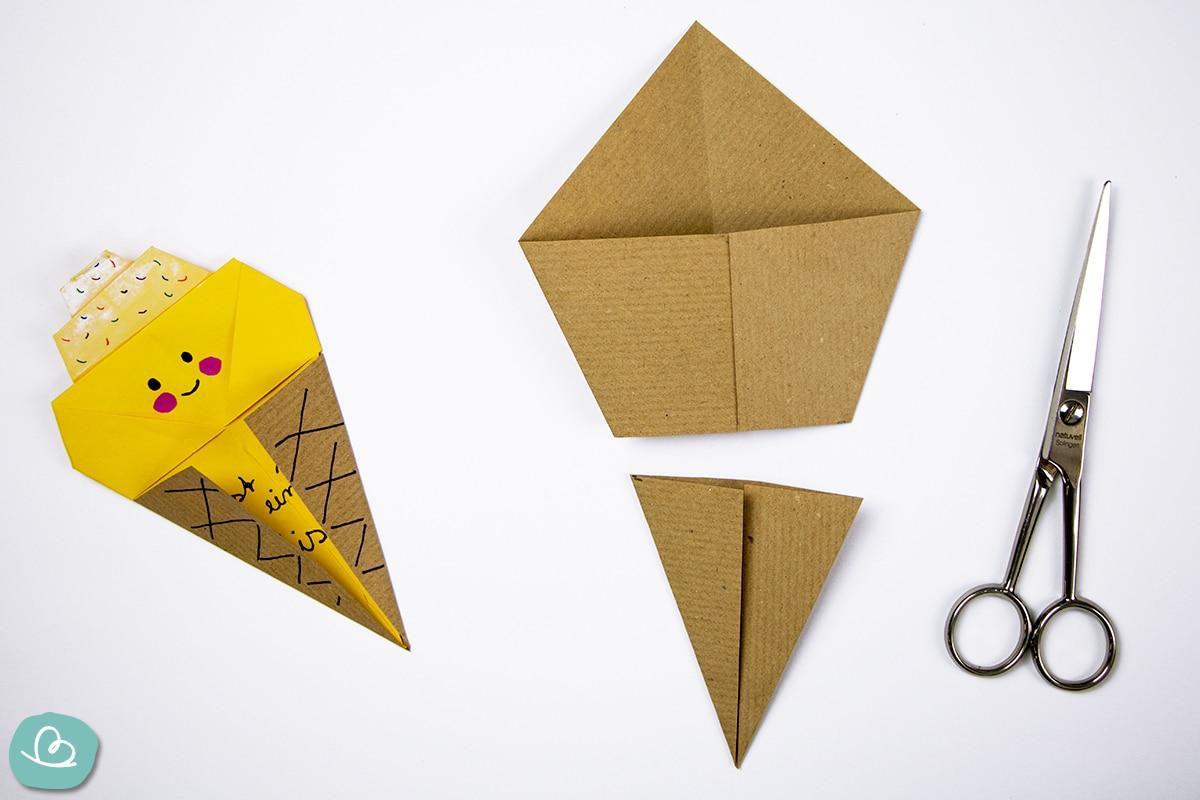 geschnittenes Papier und eine Schere