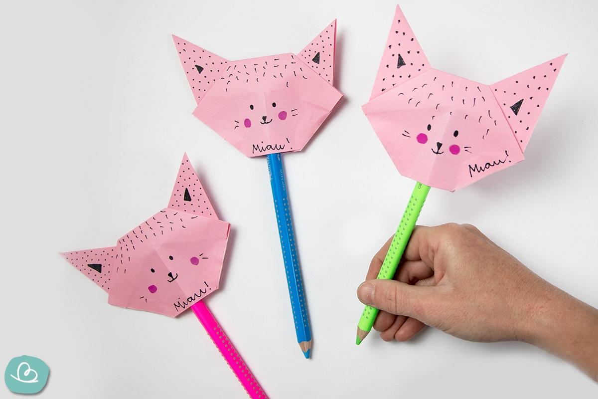 Bunte Stifte mit Origami Katze