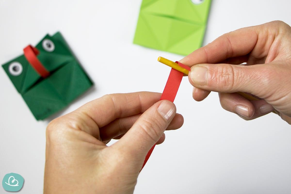 Papierstreifen um einen Pinsel rollen