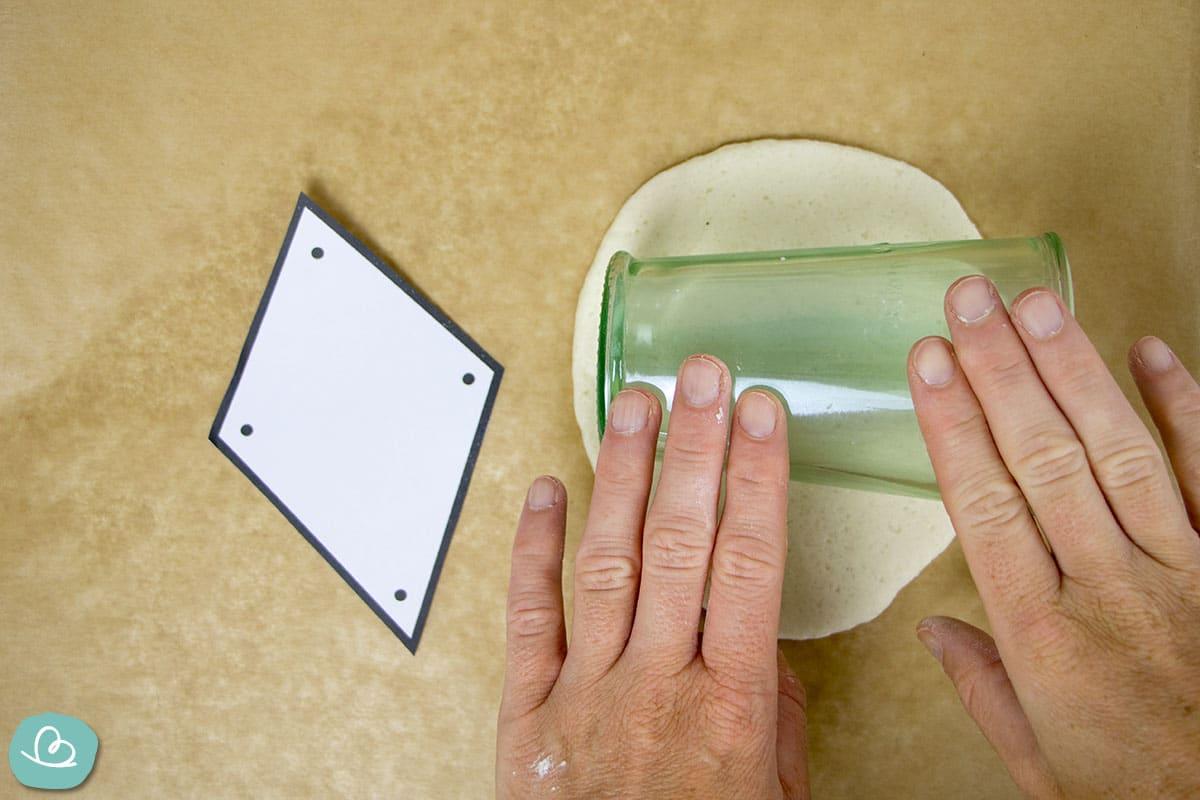 Teig ausrollen mit einem Glas