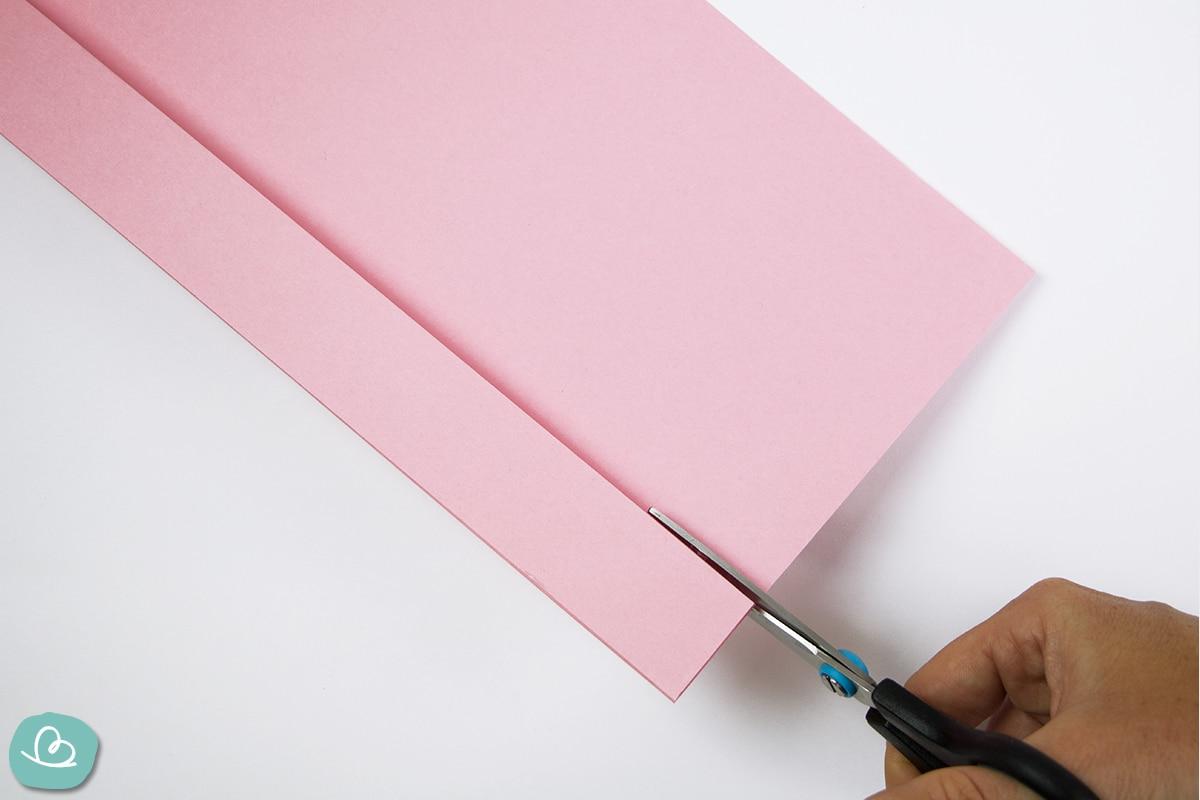 Papier schneiden mit einer Schere