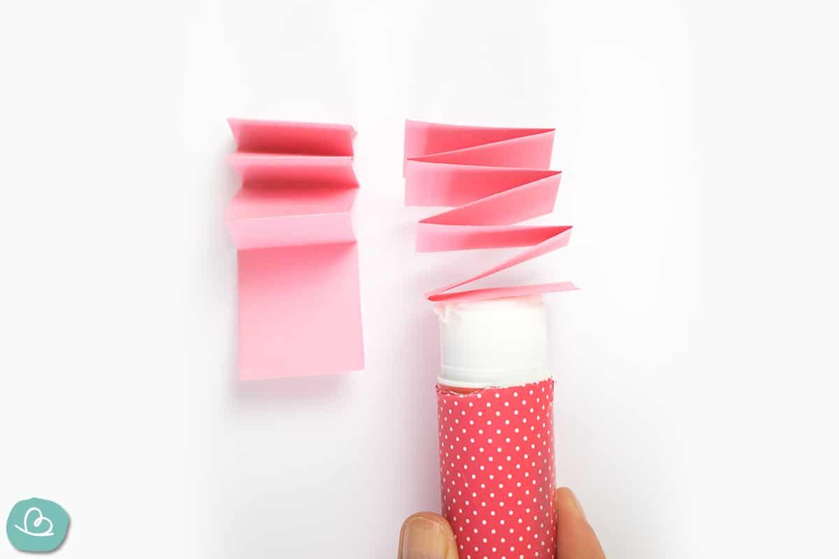 Leimstift an einem Papierstreifen