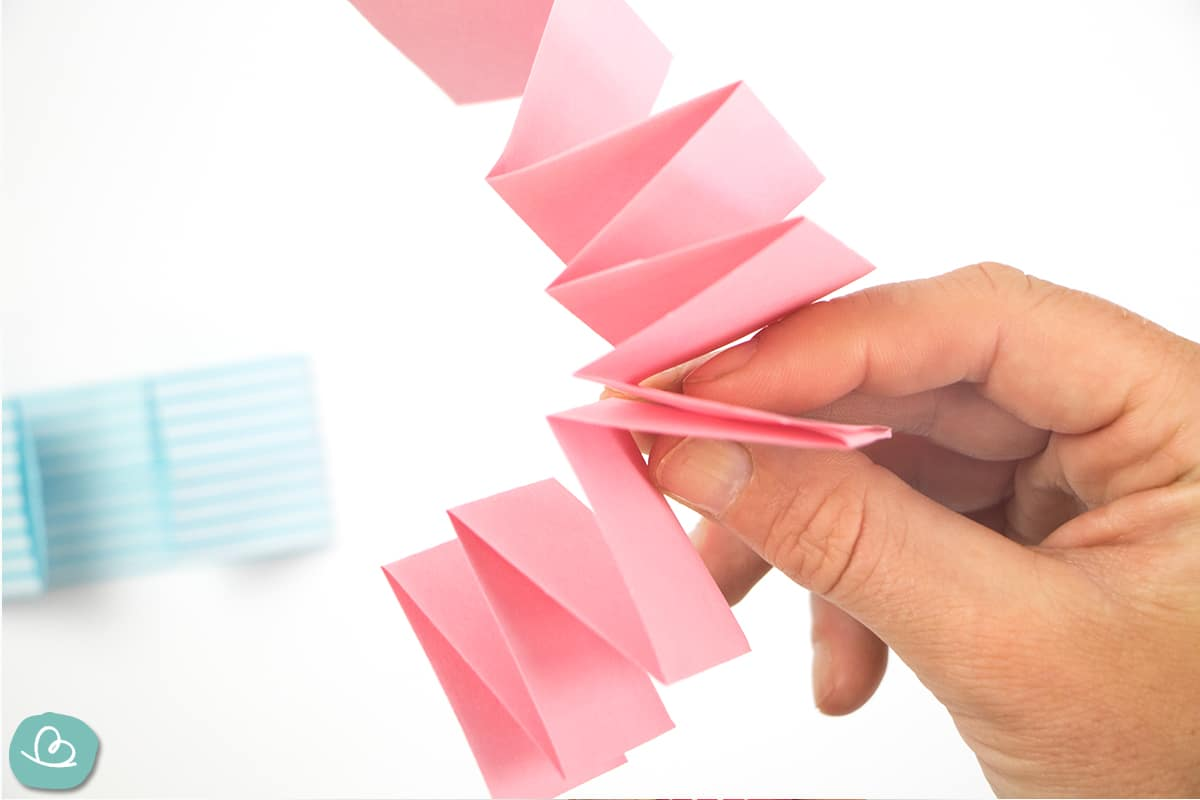 Zickzackfaltung aus Papierstreifen