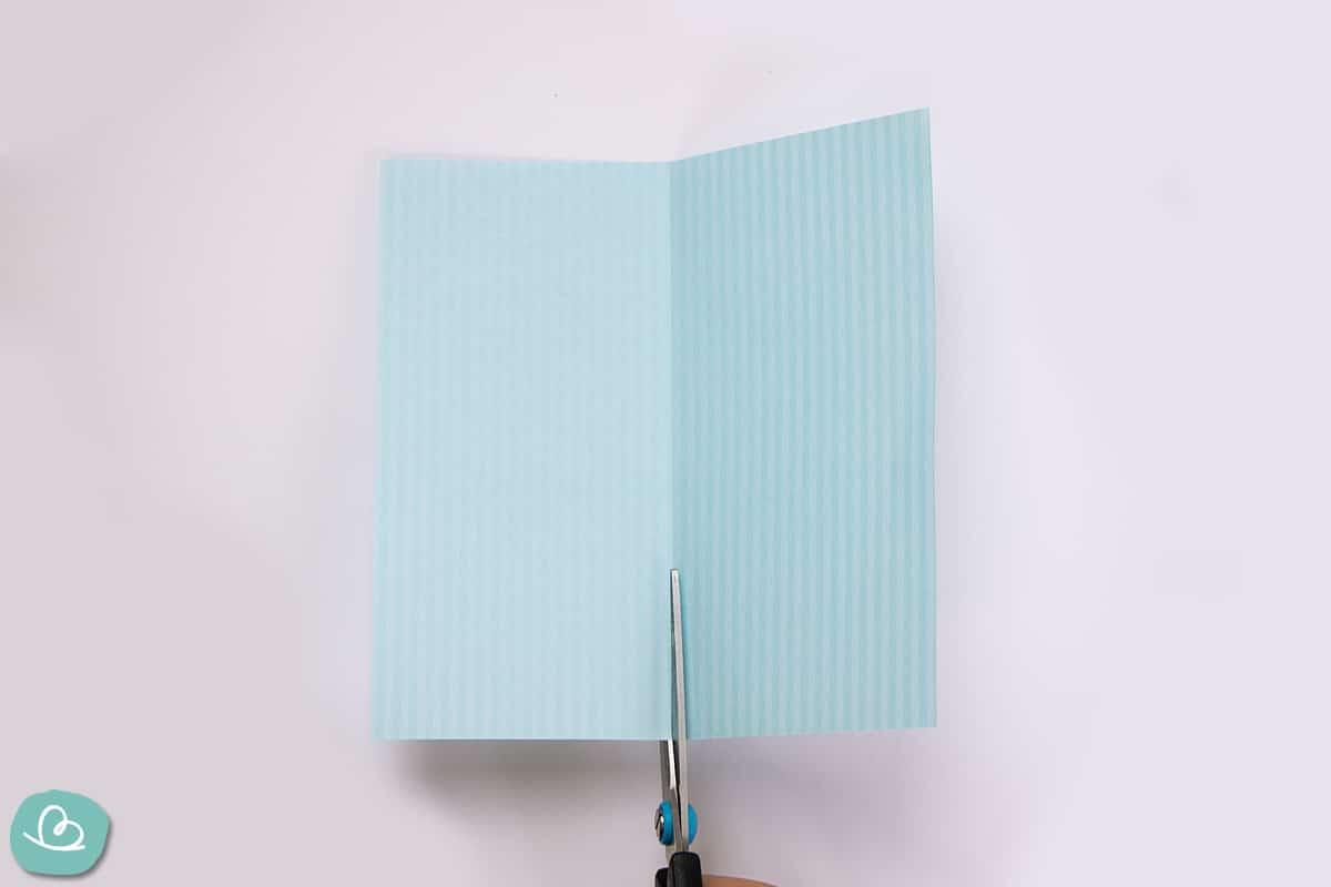 Origamipapier teilen mit einer Schere