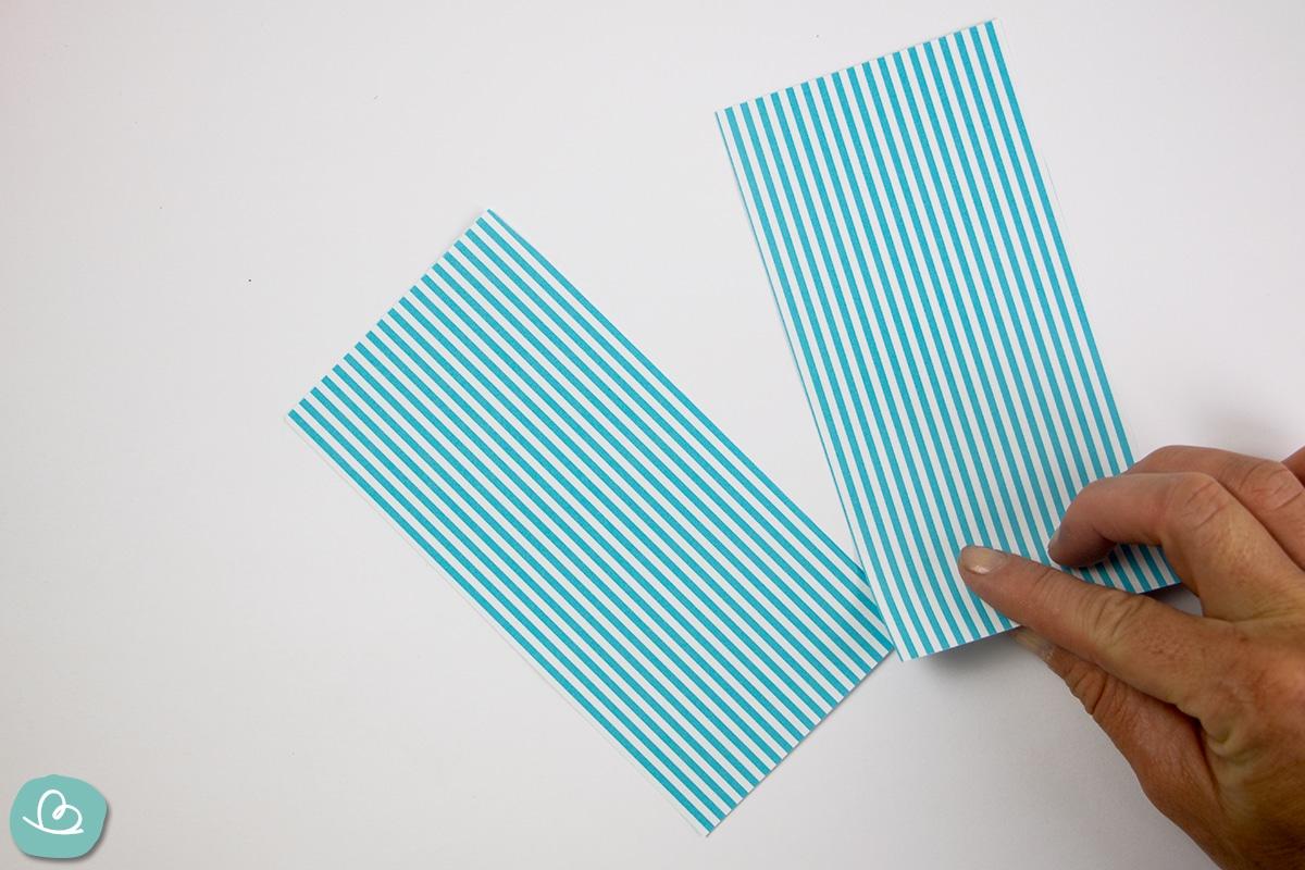 zwei Papierbögen Origamipapier
