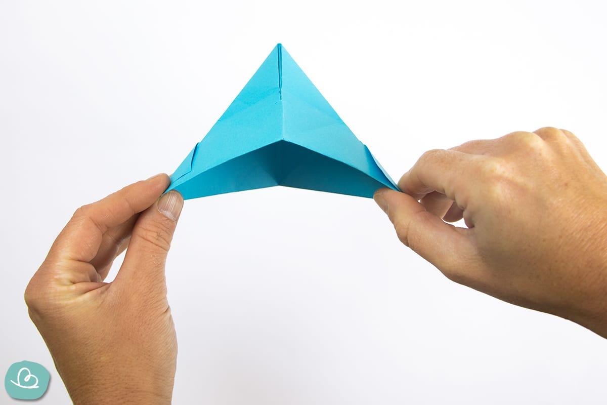 Papierhut in blau