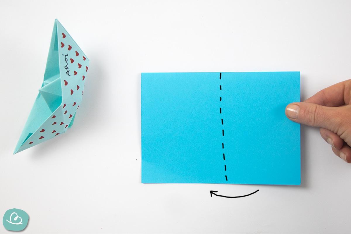 blaues Papier in der Mitte falten