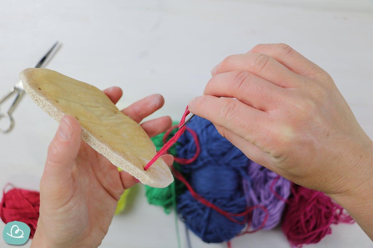 Wolle durch eine Form ziehen