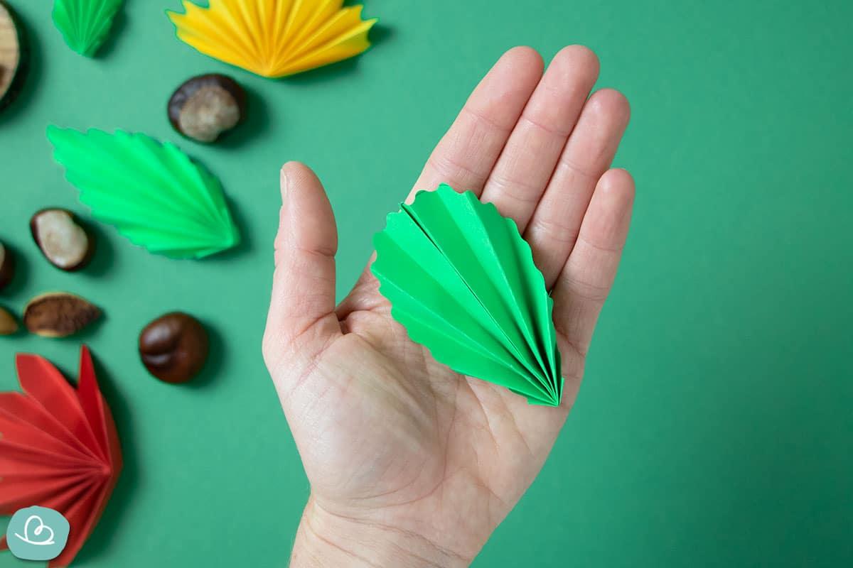 kleines grünes Papierblatt