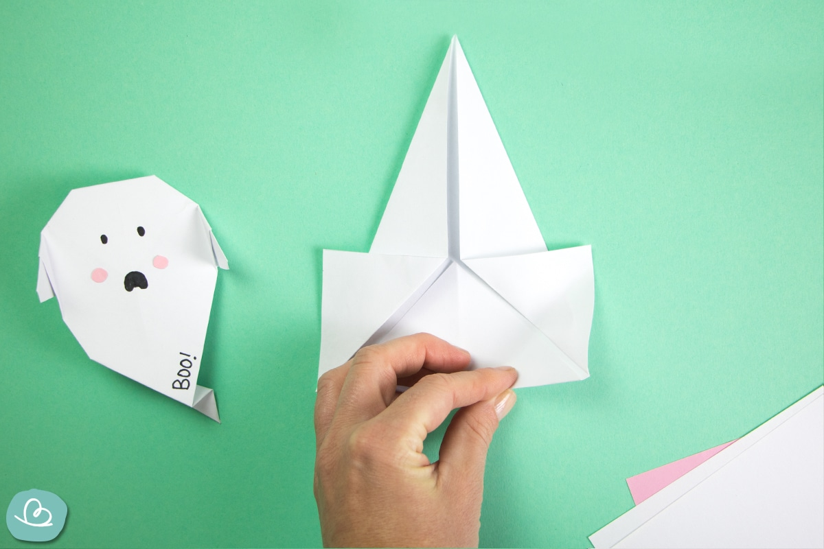 Papier mit der Hand falten
