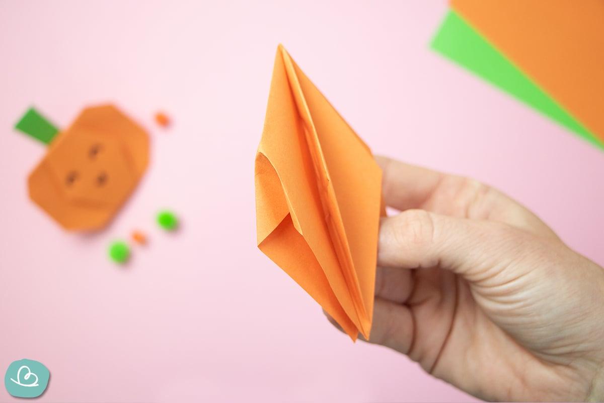Ecke nach innen falten Origami Kürbis