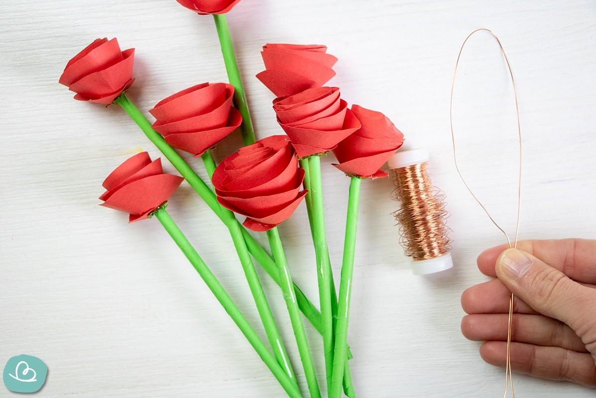 Papierblumen und Draht