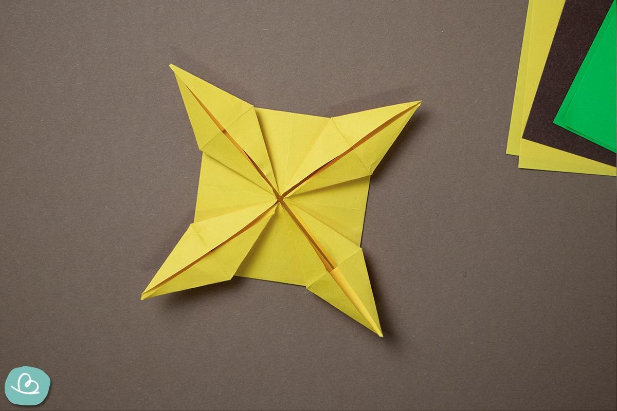 Origami Form aus gelben Papier