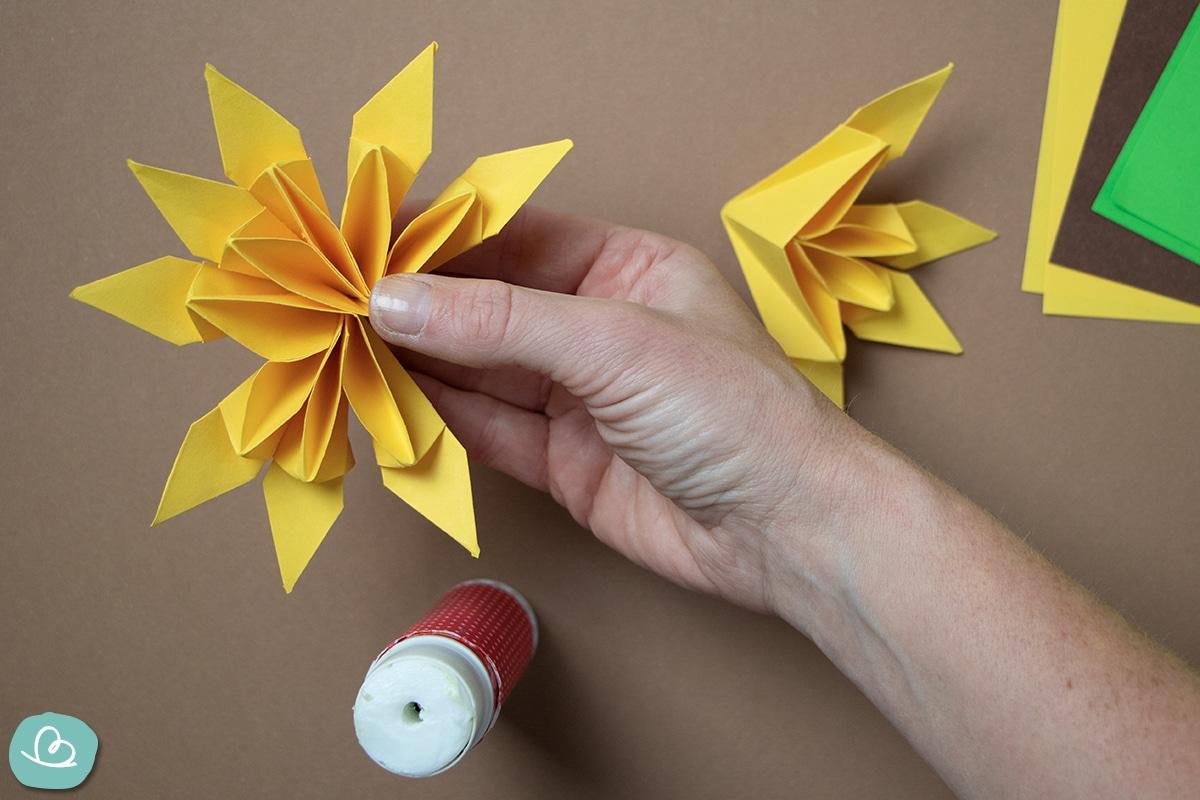 Papierblüten zusammenkleben