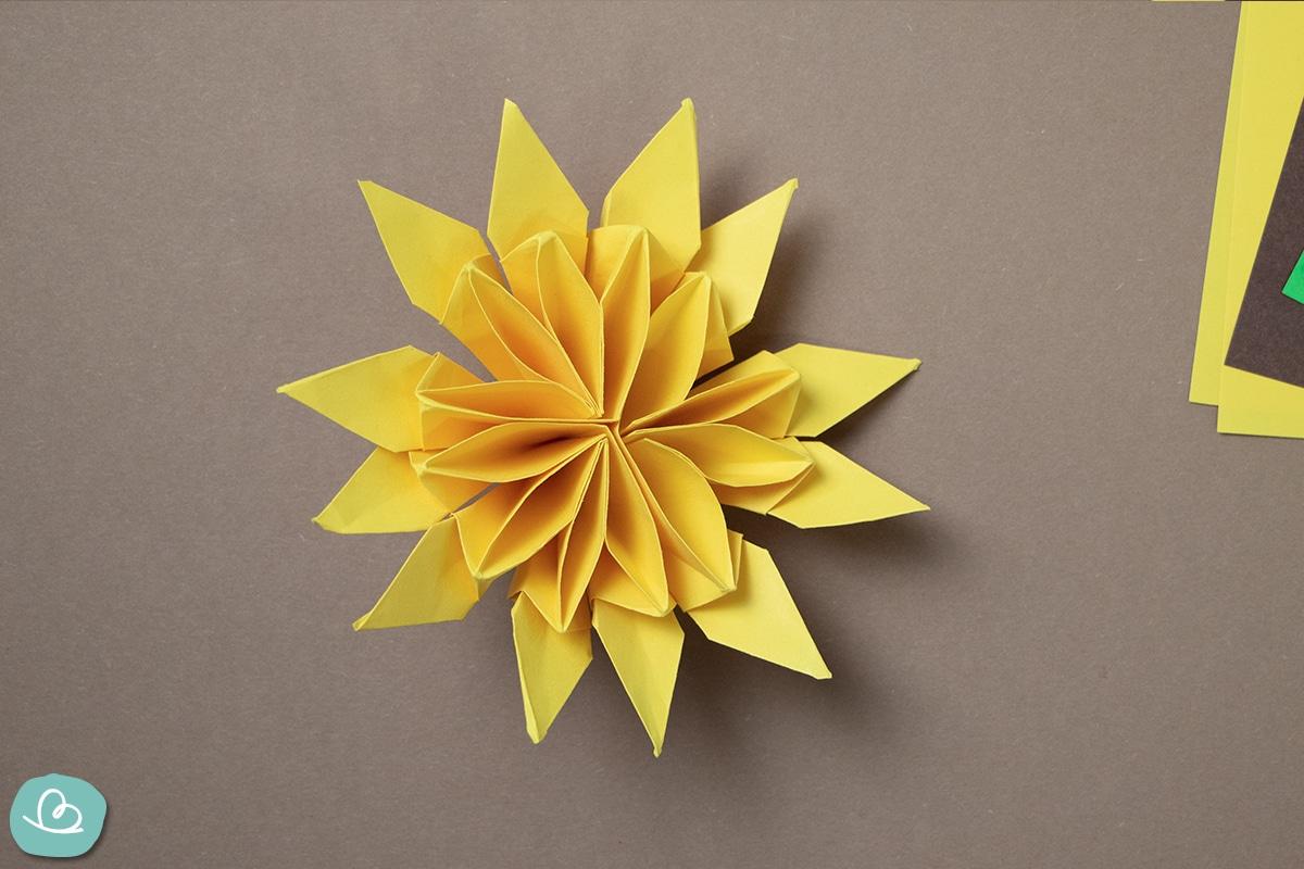 Sonnenblumenblüte aus Papier