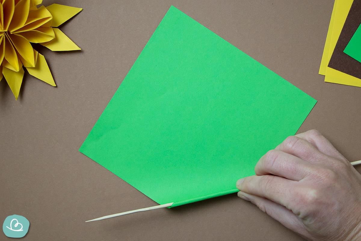 Papier rollen mit Holzspieß