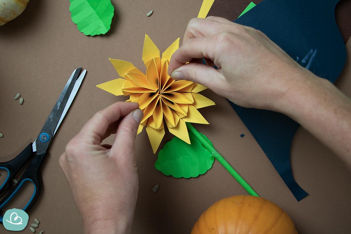 Sonnenblumenkerne aus Papier schneiden