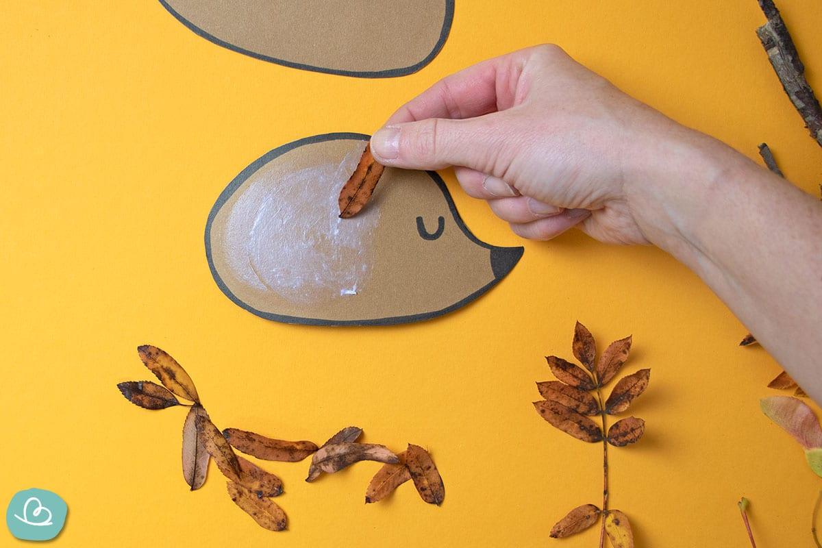 Herbstblätter auf Vorlage kleben