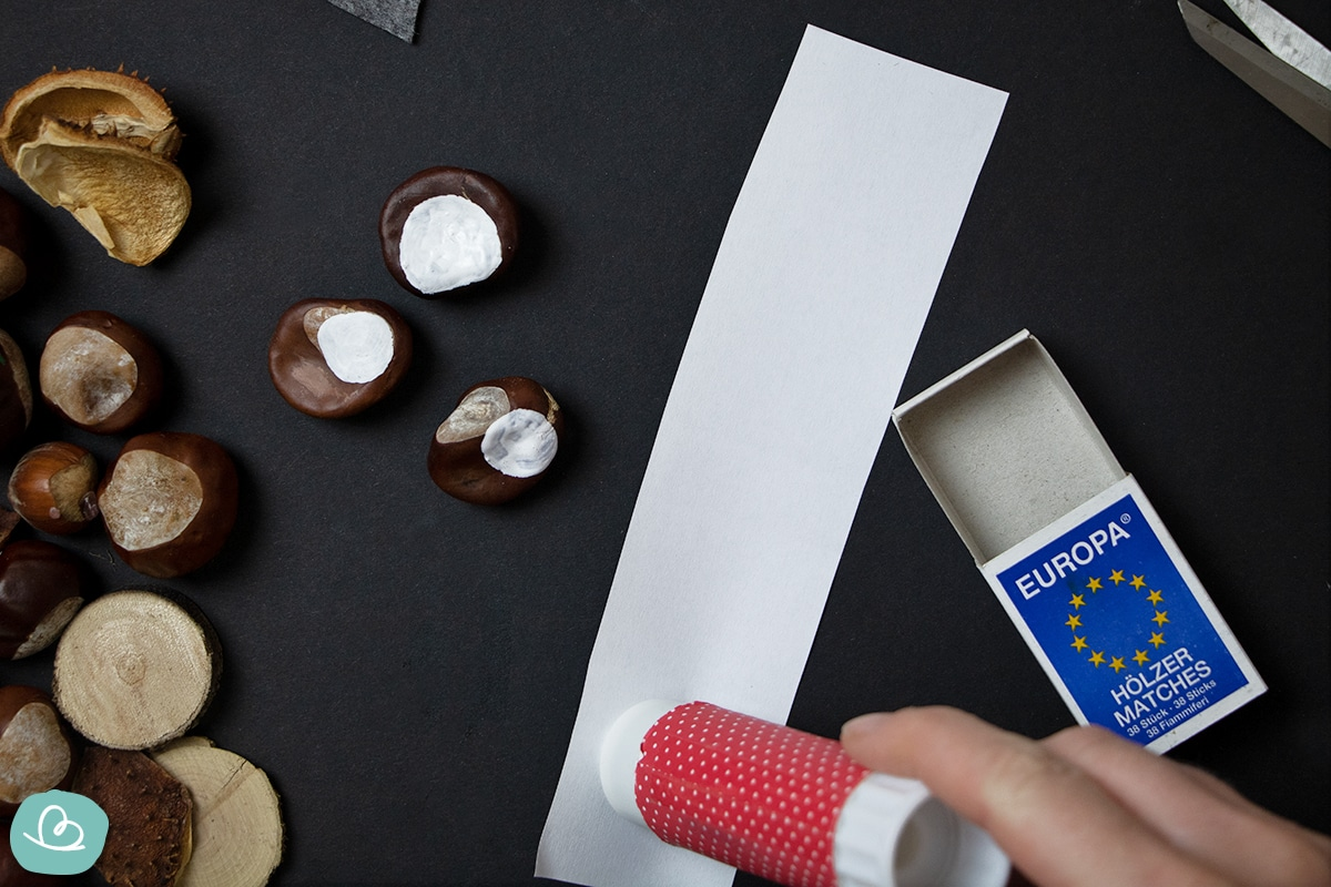 Papierstreifen mit Leim bestreichen