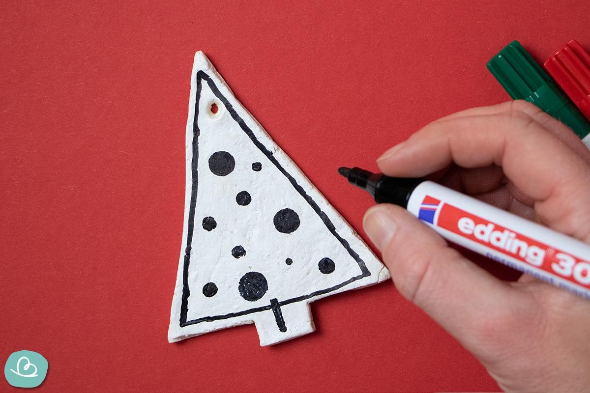 Punkte malen auf Salzteig