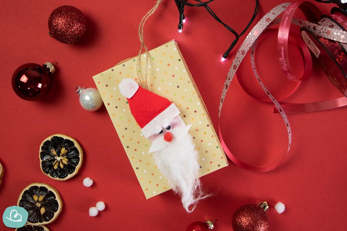 Weihnachtsmann auf Geschenk