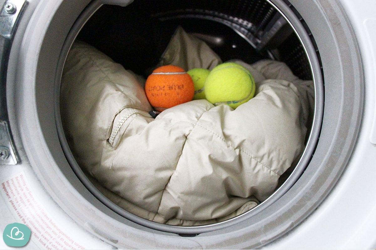 Daunenjacke mit Tennisbällen waschen