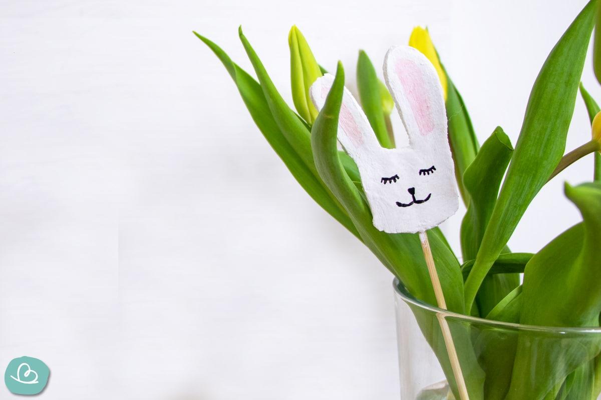 Osterhase im Blumenstrauß