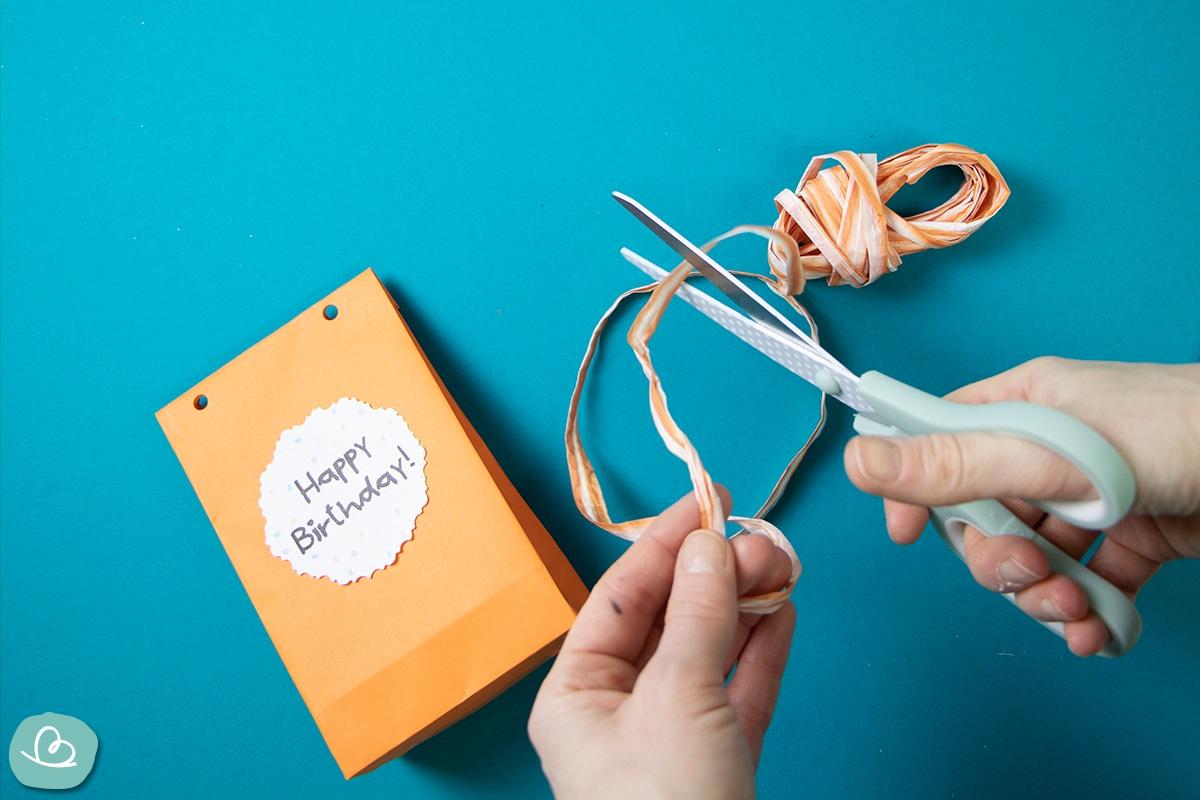 Geschenkband schneiden