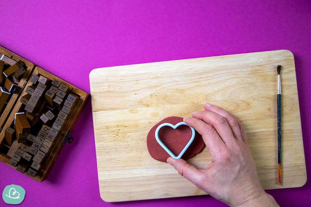 Herz aus roter Modelliermasse ausstechen.