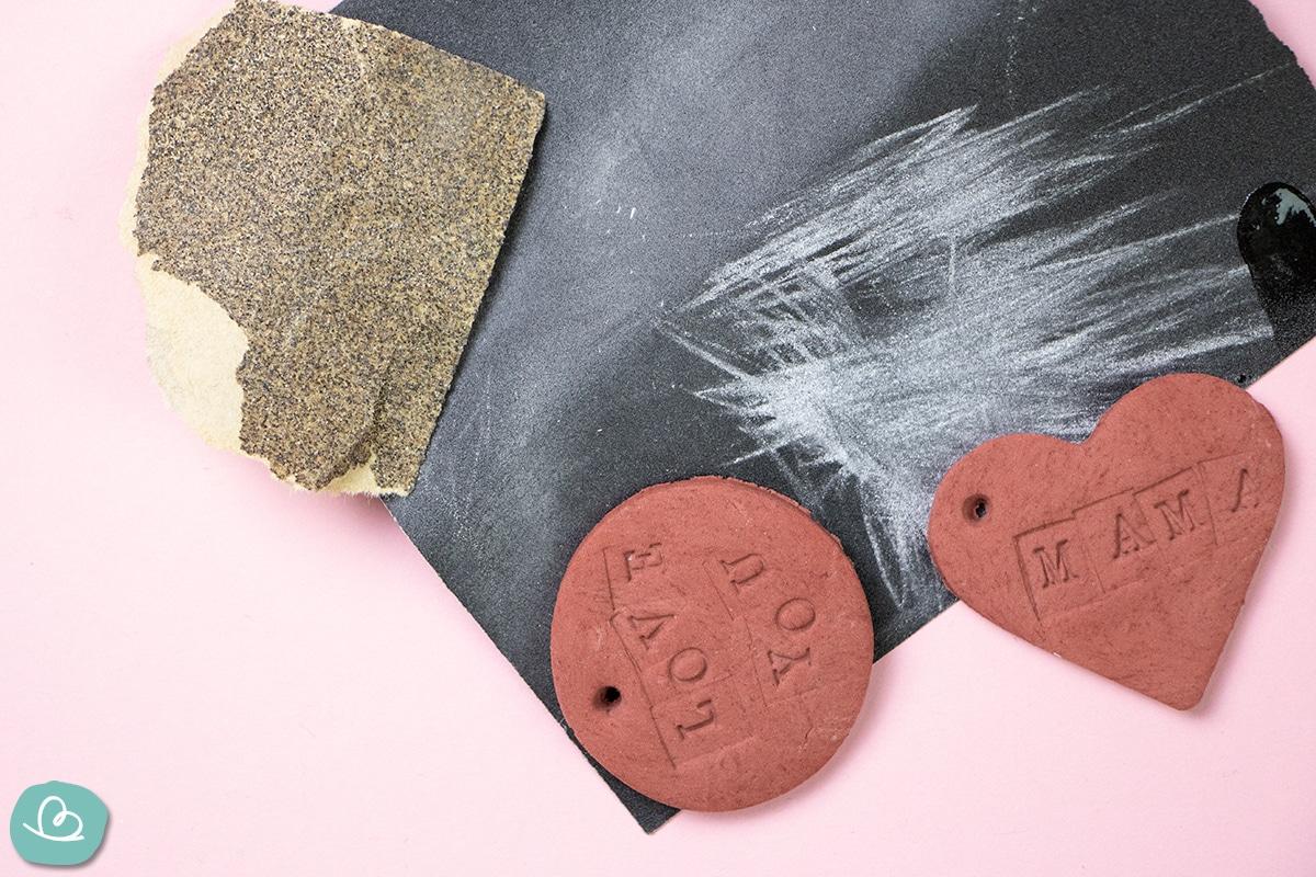 Schleifpapier und ein Kreis und ein Herz aus Modelliermasse.