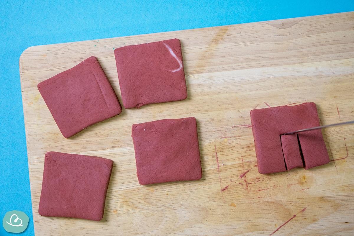Formen aus Modelliermasse mit einem Messer ausschneiden.