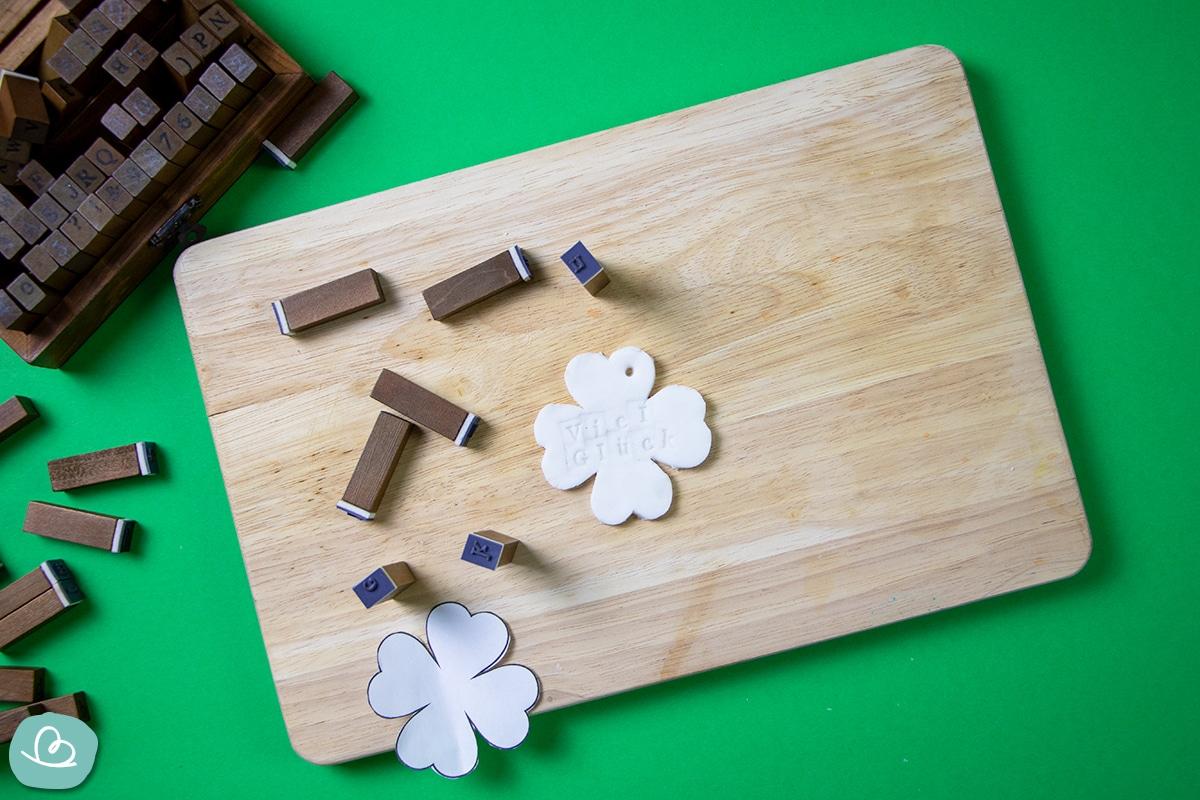Buchstabenstempel auf einem Holzbrett.