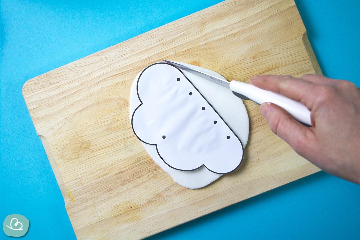 Bastelvorlage mit einem Küchenmesser ausschneiden.