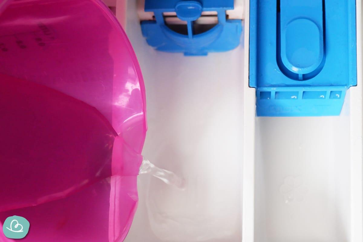 Fixierungsmittel in das Waschmittelfach gießen.