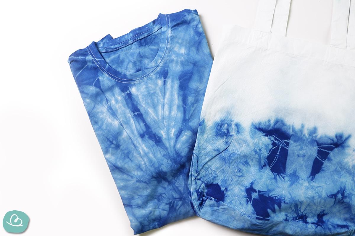 T-Shirt und weißer Stoffbeutel in blauer Batikoptik.