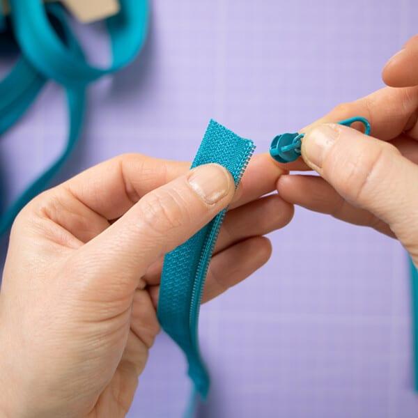 Zipper auf Endlosreißverschluss einfädeln.