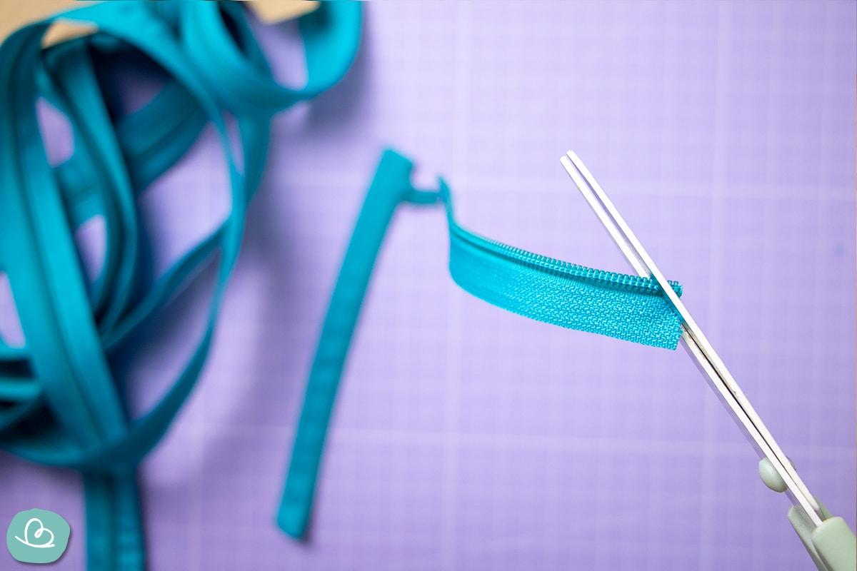 Endlosreißverschluss schräg mit der Schere einschneiden.